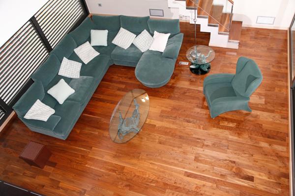Sala de estar. Parquet de madera natural en Nogal Americano, acabado barnizado