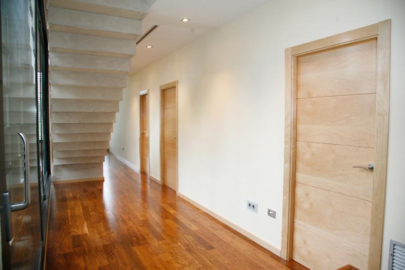Pasillo puerta en madera de maple sanc s puertas y parquet for Madera maple