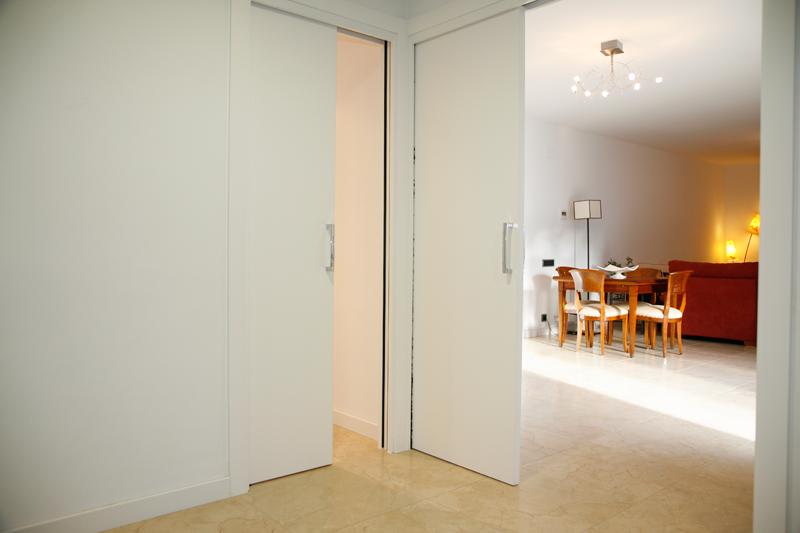Tendencias en puertas de madera sanc s puertas y parquet for Paredes grises y puertas blancas