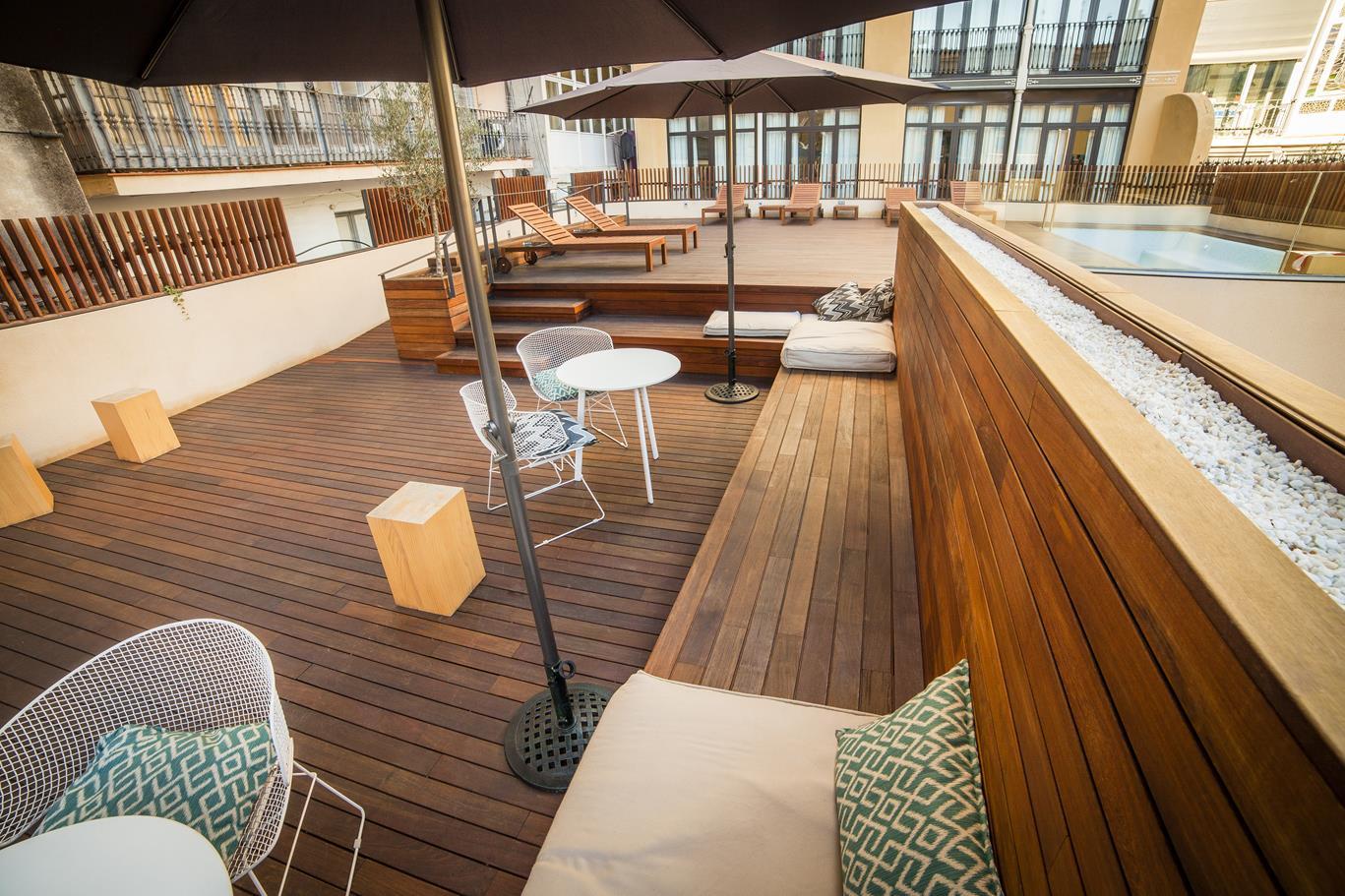 Proyecto de terraza con piscina en el toc hostel barcelona sanc s puertas y parquet - Toc toc barcelona ...