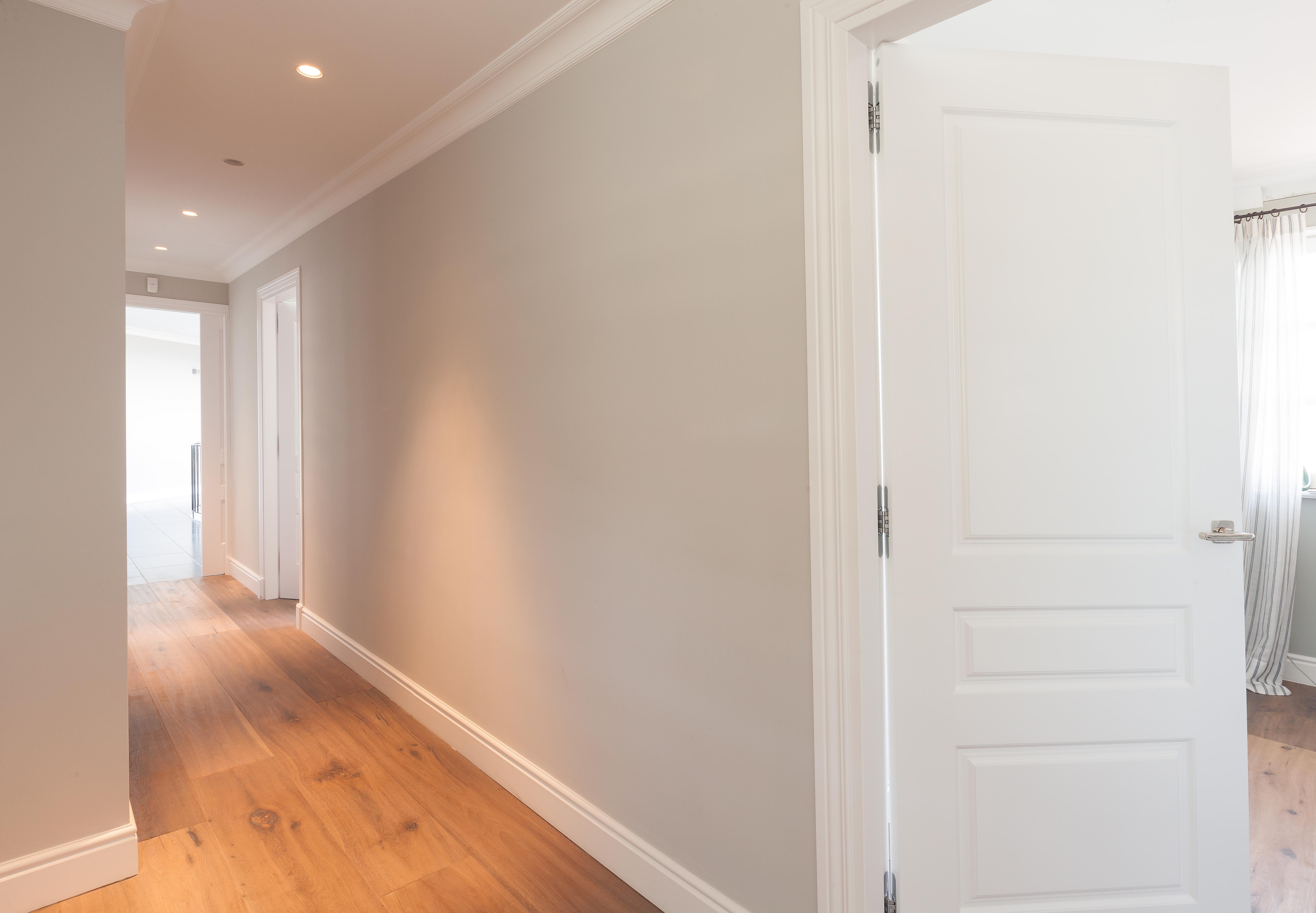 Pasillo parquet y puertas de madera sanc s puertas y for Suelo gris y puertas blancas